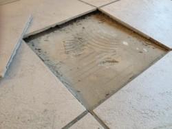 Badkamertegels Komen Los : Waarom en hoe laten tegels los lossetegel
